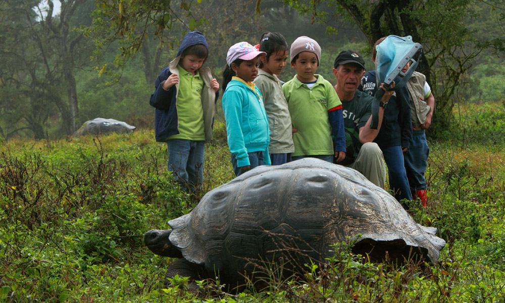 Galapagos People: Dr. Steve Blake and a giant tortoise © Christian Ziegler