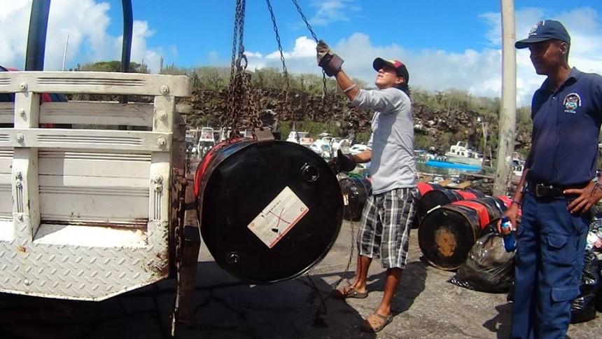 Galapagos People: Oil Recycling © Relugal